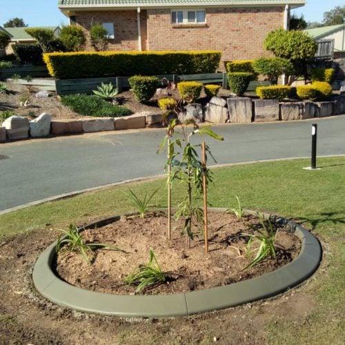 Round continuous concrete garden edging kerb